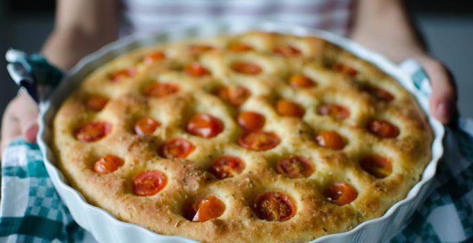 Focaccia di patate e pomodorini